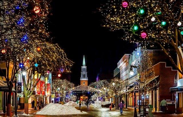 vánočně dekorovaná ulice v noci