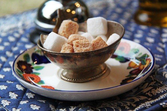 kostky bílého a hnědého cukru v misce