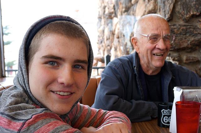 Dědeček sedící u stolu s vnukem
