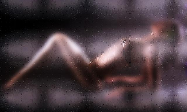 žena za sklem