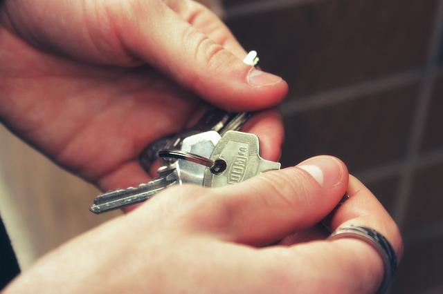 ruka klíče od bytu